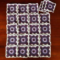 Die 22 Granny Squares für mein Projekt sind fertig. Jedes Einzelne ist ca. 13x13 cm groß. #häkeln #gehäkelt #crochet #grannysquare #uncinetto #diy #handmade #handarbeit #crochetcreations #haken #hekle #hækle #virka #heklati #hekledilla #yarn #hilo #filato #baumwollgarn