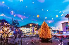 Πού τα Χριστούγεννα δεν κοστίζουν πολλά; Dolores Park, City, Christmas, Travel, Viajes, Christmas Lights, Cities, Traveling, Xmas