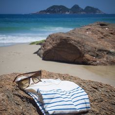 Receita para boas vibes nesse inicio de ano: Nossa camiseta Fade e praia da Joatinga! #joatinga #tshirt #2015 #praia #verão #riodejaneiro #barradatijuca #errejota (em Praia Joatinga)