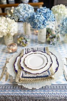I love the blue and white hydrangea centerpieces with this blue white and gold place setting. It would be perfect for my wedding reception. White Table Settings, Beautiful Table Settings, Place Settings, White Hydrangea Centerpieces, Blue Wedding Centerpieces, Masquerade Centerpieces, Wedding Decorations, Small Glass Vases, Blue And White Vase