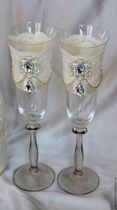 Купить или заказать Свадебные бокалы с брошами и стразовой тесьмой в интернет-магазине на Ярмарке Мастеров. Свадебные бокалы декорированы хлопковым кружевом, брошами и стразовой цепочкой . В данном стиле возможно исполнение любых аксессуаров.