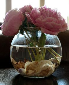 Use clear marbles in bottom of vase to hold arrangement together + this idea of using shells in bottom Pottery Barn Style, Pottery Barn Inspired, Decorating Tips, Decorating Your Home, Diy Home Decor, Knock Off Decor, Shell Crafts, Pretty Flowers, Fresh Flowers
