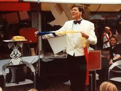 Goochelaar Aarnoud Agricola vertoont de goocheltruc met de linten op een braderie in Houten in het begin van de jaren negentig.
