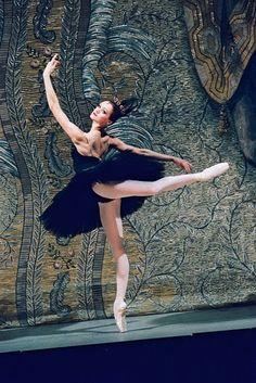 Ulyana Lopatkina as Odile in Swan Lake. Ballet beautie, sur les pointes !