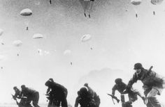 70 anos do fim da Segunda Guerra Mundial Legenda: Paraquedistas alemães durante a invasão da ilha de Creta, na Grécia (Keystone/Getty Images)