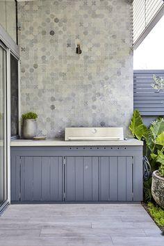 🌟Tante S!fr@ loves this 📌🌟Balmain – Landscape Design project Outdoor Bbq Kitchen, Outdoor Kitchen Cabinets, Outdoor Kitchen Design, Small Outdoor Kitchens, Outdoor Barbeque, Small Space Gardening, Garden Spaces, Small Gardens, Modern Gardens