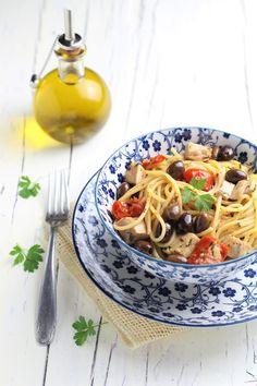 spaghetti con tonno fresco, olive e pomodorini Olive, Pasta Recipes, Ethnic Recipes, Kitchen, Food, Gastronomia, Cooking, Kitchens, Essen