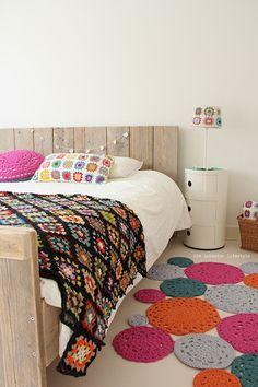 Cama de paletes + colcha e tapetes de crochê