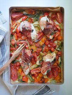 Denne type ret er en, jeg ofte vender tilbage til: det med at putte alt i et fad og stikke det i ovnen, er virkelig noget, der virker. Især på en travl hverdag, hvor man hurtigt skal have mad på bordet. Jeg tog hvad jeg... Real Food Recipes, Healthy Recipes, Tog, Cook N, Recipes From Heaven, Everyday Food, Mediterranean Recipes, I Love Food, Healthy Eating