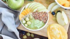Essayez notre bol de smoothie facile, avec raisins verts, mangue, graines de chanvres et épinards. Un déjeuner nutritif! Smoothie Bol, Honeydew, Cantaloupe, Mango, Brunch, Nutrition, Tofu, Acai Bowl, Smoothie