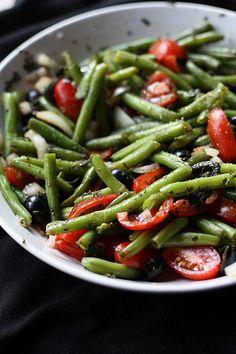 Lecker kontrastfarbener Salat aus grünen Bohnen