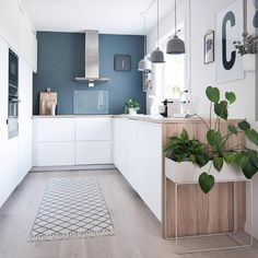 "664 Synes godt om, 10 kommentarer – Home🔹️Interior🔹️Design (@design.style.living) på Instagram: ""I'm in love ❤ with this kitchen and how the white kitchen with the wooden tabletop, the blue wall,…"""