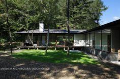 今回紹介するのは森の中に建てられた建物。それは自然豊かな敷地に建てられた山荘です。大きな軒下にはアウターリビングが設けら…