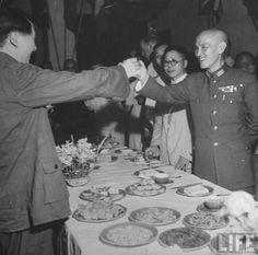 La Guerra Civil xinesa. Converses de pau entre Mao Zedong i Chiang Kai-shek per evitar la guerra civil, Chongqing, 1945.