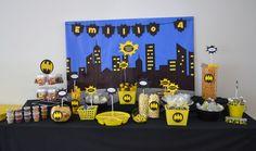 Mesa de dulces y snacks de Batman.