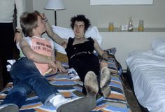 USA Photo of Sid VICIOUS and Paul COOK and SEX PISTOLS Paul Cook Sid Vicious posed in hotel room on final tour