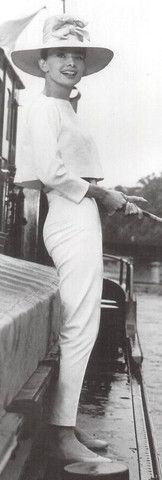 Klasik gelinlik yerine pantolon takımı tercih etmek isteyen orijinal gelinler, aradıkları ilhamı Audrey Hepburn'ün Funny Face filminde giydiği bu beyaz takımda bulabilirler.