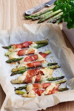 Asparagus with Prosciutto and Goat Cheese - Diet Doctor Ketogenic Recipes, Low Carb Recipes, Healthy Recipes, Ketogenic Diet, Radish Recipes, Pescatarian Recipes, Comida Keto, Goat Cheese Recipes, Prosciutto Wrapped Asparagus