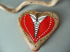 Galet peint ou presse-papier coeur rouge habillé d'un corset fait main unique