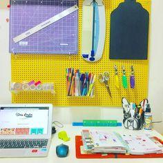 Meu cantinho tomando forma ❤️🎨🌺✍️🏻 #cantinho #craftroom #homeoffice #desk #design #canetinhas #pens #bulldog #frenchie ##wermemorykeepers #magneticcuttingmat #maped #cor #pegboard #eucatex #washi #washitapes #planner #carpediem #simplestories