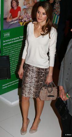 Letizia Ortiz, Princess of Asturias (v neck sweater with pencil skirt... handbag?)