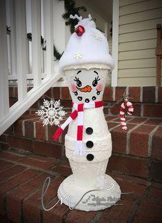 Lynda's Scrappy Place: mon pot de fleurs peint à la main Painted Clay Pots, Painted Flower Pots, Hand Painted, Painted Pebbles, Clay Pot Projects, Clay Pot Crafts, Clay Flower Pots, Flower Pot Crafts, Christmas Clay