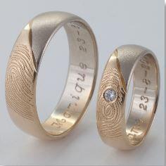 Prijs per paar: € 1360,- Breedte heren ring : 6 mm Breedte dames ring: 5 mm Bewerking: 2 x vingerafdruk in geelgoud en witgoud is gezandstraald In damesring 1x 0.03 crt diamant