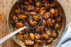 Garlic Butter Mushrooms Skillet – These are INSANELY addictive! With minimal ingredients and ready in no time, these onion garlic butter mushrooms are the side dish everyone will raves about . Casserole Recipes, Soup Recipes, Salad Recipes, Chicken Recipes, Cooking Recipes, Healthy Recipes, Keto Recipes, Chicken Casserole, Vegetarian Recipes