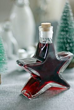Dann könnt ihr ih… This wonderful coffee-red wine liqueur needs 4 weeks of rest. Delicious with cappuccino ice cream. Christmas Baking Gifts, Coffee Plant, Party Buffet, Cocktails, Drinks, Wine Decanter, Diy Food, Red Wine, Smoothies