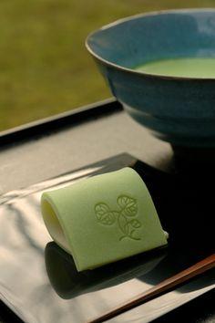Wagashi and Matcha Japanese Food Art, Japanese Sweets, Japanese Cake, Japanese Culture, Japanese Wagashi, Japanese Tea Ceremony, Matcha Green Tea, Mets, Edible Art