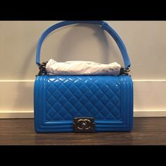 Patent blue Chanel boy bag Old medium - Aged silver hardware - Blue - Patent leather - NO TRADES - SERIOUS BUYERS ONLY! DO NOT ASK FOR PICS IF YOU ARE NOT A SERIOUS BUYER! NO LOW BALL OFFER ! MORE PICS AVAILABLE. ✨COMES WITH RECEIPT AND EVERYTHING. ✨ CHANEL Bags Shoulder Bags
