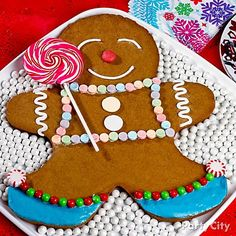 Nom, nom! A yummy giant gingerbread cookie is easy peasy to bake with a special cookie pan! Click for more sweet ideas.