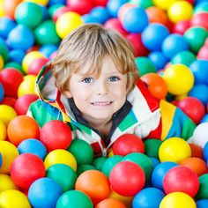 Happy laughing kid boy having fun in ball pit on birthday party in kids amusement park and indoor play center. Little child playing with colorful balls in playground ball pool. Kids Amusement Parks, Heide Park, Bond, Vintage Thrift Stores, Mini 8, Travel Logo, Boys Playing, Sensory Activities, Travel Scrapbook