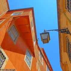 Em Alfama, na Madragoa, no Bairro Alto, na Mouraria, mas também noutros bairros tradicionais de Lisboa, os candeeiros de iluminação pública...