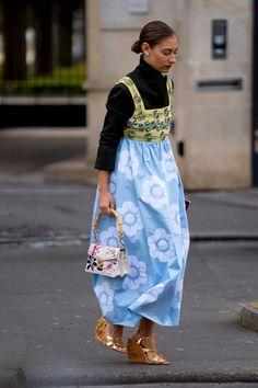 The Best Street Style Looks From Paris Fashion Week Fall 2020 - Fashionista Sport Street Style, Autumn Street Style, Street Style Looks, Fashion Week, Pop Fashion, Paris Fashion, Autumn Fashion, Sport Chic, Miu Miu
