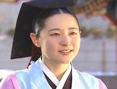 A palota ékköve (Dae Jang Geum): Yun királynőt királyi parancsra méreg általi halálra ítélik. Az ítéletet végrehajtó katonák egyike, Seo Cheon-soo hazafelé indul, ám az úton baleset éri. Egy titokzatos öreg remete siet segítségére, aki különös jóslattal ajándékozza meg: sorsát három nő fogja meghatározni. Az elsőnek a halálát okozza, a másodikat megmenti, de miatta vész el, a harmadik pedig a vesztét okozza, de ezáltal sokakat megment.