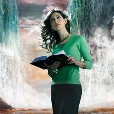 Uma irmã medita no que lê na Bíblia