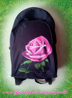 Mochila pintada a mano de una rosa.  www.facebook.com/vasniworld