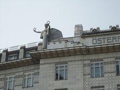 Otto Wagner, Cassa di risparmio postale. Sono visibili le borchie - con funzione essenzialmente decorativa - sulle lastre di rivestimento in marmo di Vipteno della facciata principale.