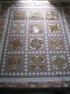 Quilt Hollow: Hop To It ~ an Edyta Sitar pattern Longarm Quilting, Free Motion Quilting, Machine Quilting, Quilting Projects, Quilting Designs, Quilting Ideas, Laundry Basket Quilts, Quilt Storage, Flower Quilts