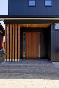 Modern Entrance Door, Modern Exterior Doors, Entrance Design, Front Door Design, House Entrance, Exterior Design, House Front Door, Facade House, Mid Century House