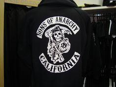 Moletom sons of Anarchy modelo canguru estampa nas costas, escrito na frente SANCRO . tam.p/m/g valor. 99,00, e no tam gg valor 109,00 041-3045-5205