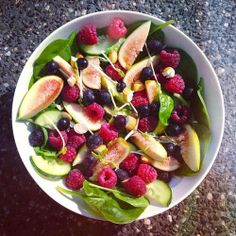 Spinach, cucumber, figs, raspberries, blackcurrant, sprouted grains, almonds