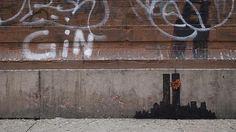 Banksy at NY oct 2013  La obra de Banksy que fue borrada por el ayuntamiento de Nueva York  El diario «New York Post» publicó en su primera página la frase «¡Atrapen a Banksy! Policía de Nueva York a la caza al artista».