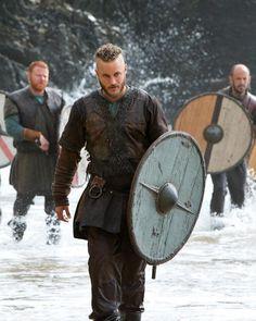 Travis Fimmel as Ragnar Lothbrok Roi Ragnar, Ragnar Lothbrook, Ragnar Lothbrok Vikings, King Ragnar, Lagertha, Vikings Tv Series, Vikings Tv Show, Viking Warrior, Viking Age