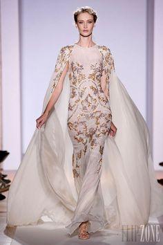 Zuhair Murad - Haute couture - Photos officielles, P-É 2013 - http://www.flip-zone.com/fashion/couture-1/fashion-houses/zuhair-murad-3366 - Longue robe sirène sans manche en mousseline de soie transparente blanc perle et cape assortie.