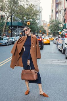 Louise Roe wearing fall outfit with navy dress and camel coat # Outfits for work A Timeless Color Combo To Try This Autumn Street Style Outfits, Look Street Style, Mode Outfits, Fall Outfits, Fashion Outfits, Street Styles, Fashion Clothes, Sneakers Fashion, Outfit Winter