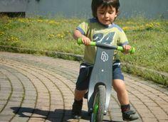 """Le bici per bambini di 2 anni sono quelle chiamate """"a spinta"""": hanno due ruote, un telaio, un manubrio, un sellino e dimensioni adeguate. Si può notare che la bici a spinta non ha né pedali, né freni; perciò l'altezza del sellino deve consentire al bambino di arrivare inizialmente con tutt'e due i piedi a terra: il movimento è determinato dalla spinta dei suoi piedi."""
