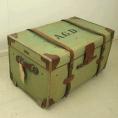 VINTAGE TRAVELLING TRUNK BY BRACHERS. A good solid green canvas traveler's trunk with tan leather trim. The trunk is unbleached linen-lined with a 5 inch deep lift out tray. Each end has a heavy duty leather carry handle with a brass trade plate above. Brachers were at their peak the late Victorian / Edwardian era, and were advertised as bag, trunk and sample-case manufacturers. They were one of the most highly regarded of the West Country and Welsh makers of top quality luggage. C. 1930…