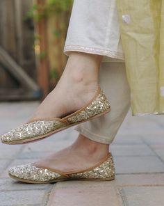 Gold Shoes, Gold Sandals, Pretty Shoes, Beautiful Shoes, Salwar Suit Neck Designs, Shoes Heels Pumps, Flats, Indian Shoes, Simple Pakistani Dresses